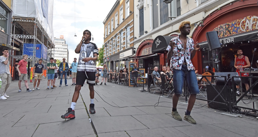 King Shway and Little Cisto perform on Torgattan street in front of Cafe Sør. Photo by Jenna Herrick